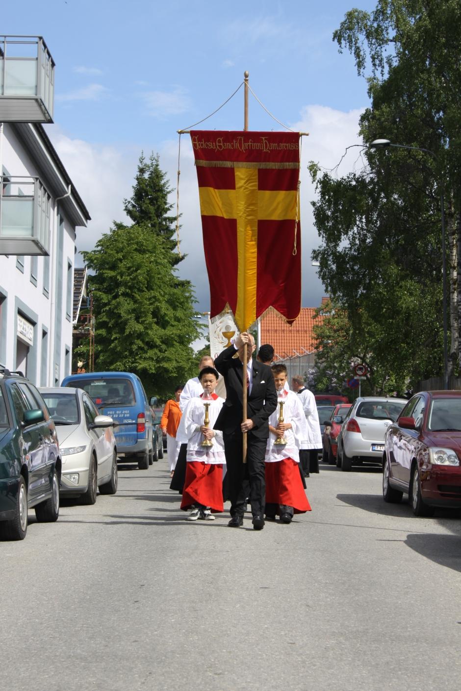 Prosesjonen på vei ned Høiensalgate
