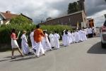 Førstekommunionsbarna i ordnet flokk på vei mot St. Torfinn kirke